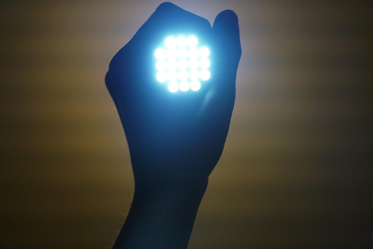 Analiza trzech spółek z sektora LED.